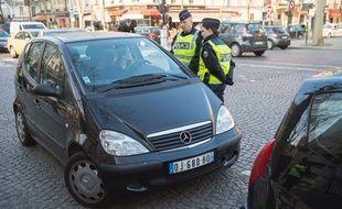 Contrôles de police dans le cadre de la circulation alternée, le 23 mars 2015 à Paris.