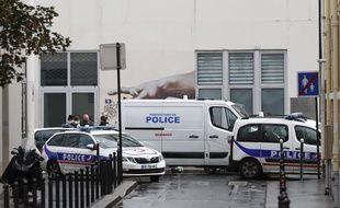 Intervention des forces de l'ordre près des anciens bureaux du journal satirique Charlie Hebdo après une attaque à l'arme blanche, à Paris, le 25 septembre 2020.