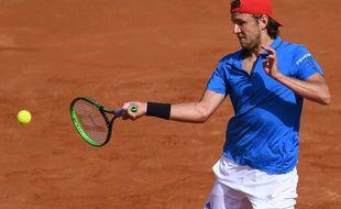 Lucas Pouille face à Andreas Seppi lors du premier simple du quart de finale de Coupe Davis opposant l'Italie à la France, à Gênes, le vendredi 6 avril.