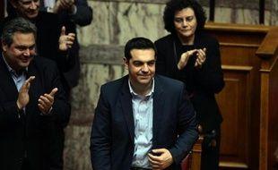 Le Premier ministre grec Alexis Tsipras (c) est applaudi après avoir obtenu le vote de confiance du gouvernement, le 11 février 2015 à Athènes