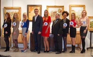 Les candidates à Miss Montmartre 2018. Au milieu, le sosie de Jacques Brel