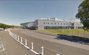 La piste de l'aéroport a été bloquée pendant presque deux heures;