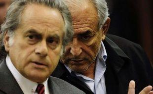 Dominique Strauss-Kahn (à droite) avec son avocat (à gauche) Benjamin Brafman, au tribunal de Manhattan le 16mai 2011 à New York.