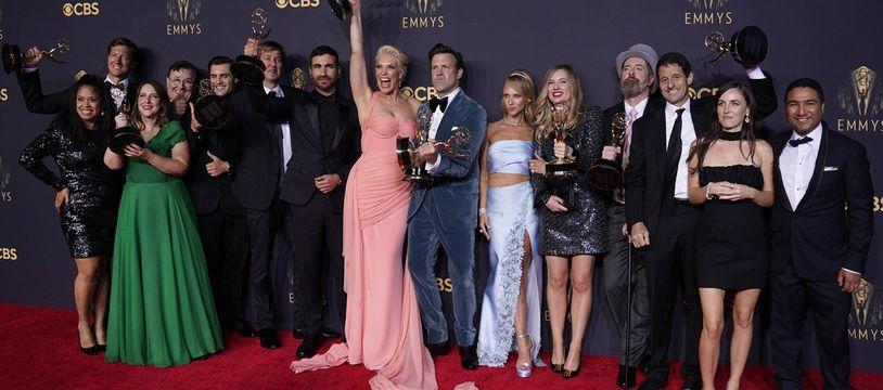 L'équipe de la série Ted Lasso pose après avoir été récompénsée aux Emmy Awards le 20 septembre 2021