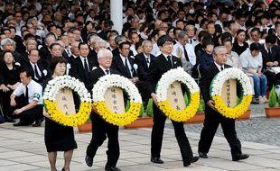 Le maire de Nagasaki Tomihisa Taue (2e en partant de la dr.) lors de la commémoration du bombardement de 1945, le 9 août 2017.
