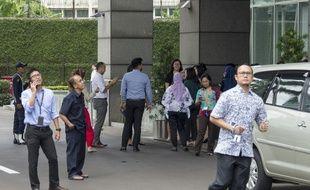 Des Indonésiens attendent devant leur immeuble après qu'un séisme de magnitude 6 a frappé Jakarta, capitale de l'Indonésie, le 23 janvier 2018.