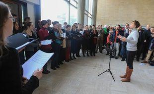 La chorale l'Arrach'Choeur, dont Bartek faisait partie, lui rend hommage dans le hall du Patio à l'université de Strasbourg, le 16 janvier 2019.