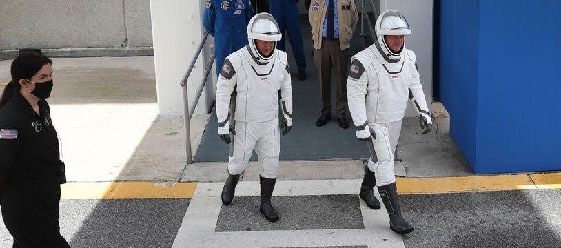 Les astronautes Doug Hurley et Bob Behnken se dirigent vers la fusée Falcon 9 à Cape Canaveral, le 27 mai 2020.