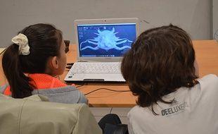 Pendant les vacances scolaires, La Paillasse s'ouvre aux enfants des ateliers DIY, ici la fabrication d'objets en 3D.
