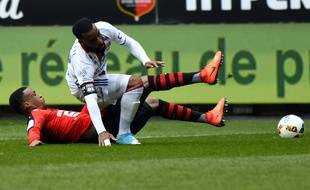 Alexandre Lacazette, ici taclé par Mexer, a manqué un penalty face au Stade Rennais.