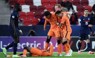Grâce à un doublé de Myron Boadu (au sol), les Pays-Bas ont battu la France, ce lundi à Budapest en quart de finale de l'Euro Espoirs.