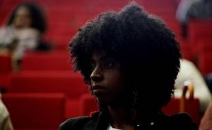 Une jeune femme noire portant une coiffure afro. Image d'illustration.