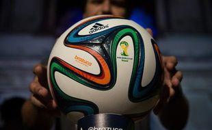 Le ballon de la Coupe du monde 2014, Brazuca, lors de sa présentation le 3 décembre 2013.
