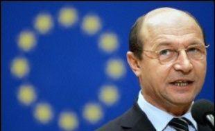 """Face aux inquiétudes d'un déferlement de main d'oeuvre bon marché après leur adhésion, Sofia et à Bucarest se veulent rassurants. Le président Traian Basescu a affirmé que l'intégration à l'Union """"permettra à la Roumanie d'absorber plus facilement sa main d'oeuvre"""", ce qui découragera l'émigration."""
