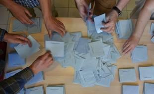 Le dépouillement dans  un bureau de vote de Loire-Atlantique, le 26 juin 2016.