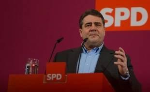 """Le chef du parti social-démocrate allemand SPD, Sigmar Gabriel, a pris la défense de François Hollande dans un entretien publié dimanche où il estime que le président français ne peut pas """"rattraper 20 ans de désindustrialisation en 12 mois""""."""