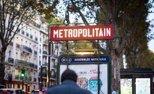 Une entrée de métro à la station Assemblée-Nationale, à Paris le 4 novembre 2019.