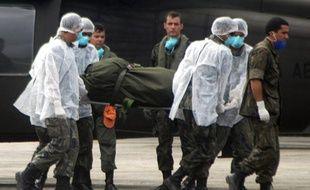 Des membres de l'armée de l'Air brésilienne transportent le corps d'une victime du crash du vol Rio-Paris, sur la base de l'île Fernando de Noronha, le 13 juin 2009.