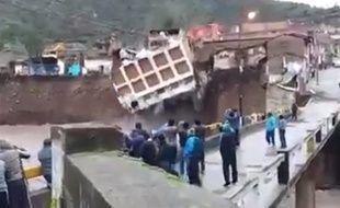 L'hôtel La Hacienda, au sud du Pérou, s'est effondré dans la rivière Sicra