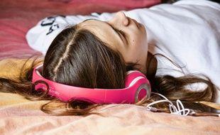 Illustration d'une jeune fille en train de dormir. Notre mémorisation se fait en partie pendant notre sommeil.