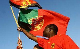 Les drapeaux du Portugal et de l'Angola.
