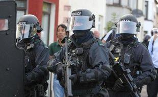 Plus de 400 policiers britanniques ont été envoyés en renfort en Ulster, après les affrontements survenus vendredi soir à Belfast au cours desquels une trentaine de policiers et un député ont été blessés.