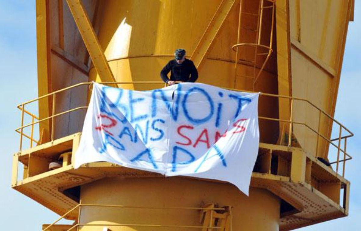 Un homme déploie une bannière en haut d'une grue à Nantes, en Loire-Atlantique, le 15 février 2013. – Frank Perry / AFP