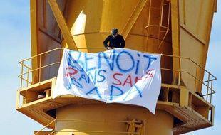 Un homme déploie une bannière en haut d'une grue à Nantes, en Loire-Atlantique, le 15 février 2013.