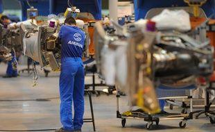 Salarie Airbus sur les chaine d'assemblage des mats reacteurs d'A320