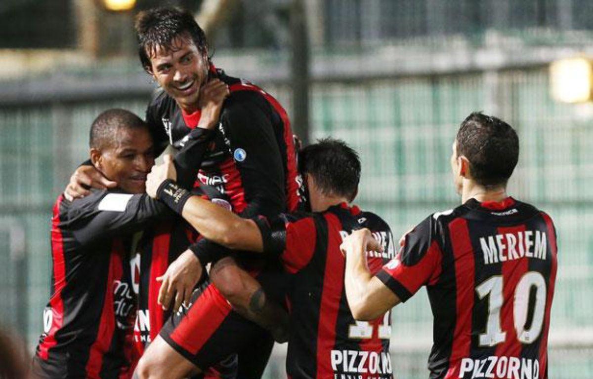 Les joueurs de l'OGCNice se congratuelent après un but contre Bastia, le 28 septembre 2012. – VALERY HACHE / AFP