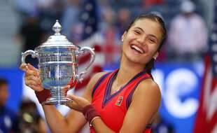 Emma Raducanu tout sourire après sa victoire à l'US Open, à New York le 11 septembre 2021.