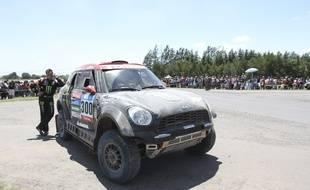 Nani Roma au téléphone avoir été contraint à l'arrêt dès le 6e km de la première étape du Dakar, le 4 janvier 2015.