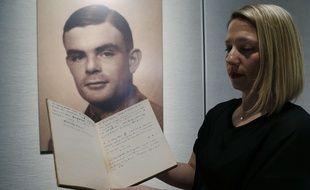 Cassandra Hatton, directrice du département des sciences et technologies chez Bonhams, montre le manuscrit d'Alan Turing, vendu aux enchères plus d'un million de dollars, lundi 13 avril 2015.