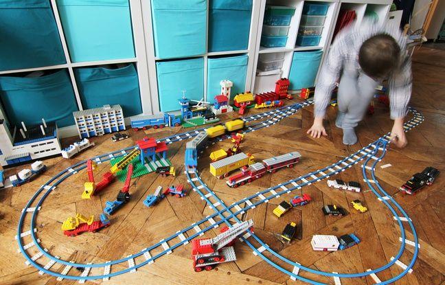 Un enfant joue avec des vieux modèles de Lego. Ici chez Raphaël, à Rennes, un collectionneur.