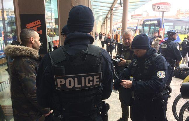 Les policiers utilisent la nouvelle tablette Néo.