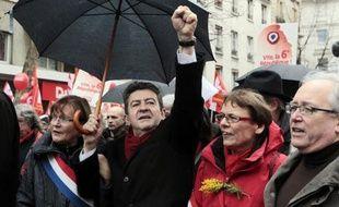 Jean-Luc Mélenchon, toujours à la hausse dans les sondages, a réussi son pari de remplir la place de la Bastille dimanche après-midi avec sa grande journée pour la VIe République, façon de montrer la force populaire du Front de Gauche à cinq semaines du premier tour.