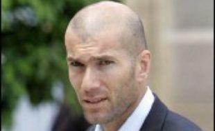 Le patron du groupe agroalimentaire français Danone, Franck Riboud, n'exclut pas de confier à Zinédine Zidane un poste au conseil d'administration du groupe, à en croire une interview publiée lundi par le Financial Times.