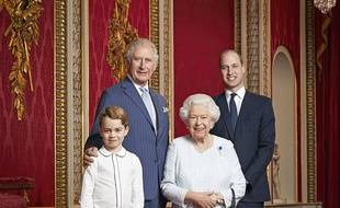 Les princes George, Charles et William entourent la reine Elizabeth II.
