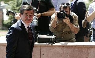 Le premier ministre turc désigné Ahmet Davutoglu, avant une réunion avec les trois partis d'opposition pour former le gouvernement de coalition, le 13 juillet 2015 à Ankara