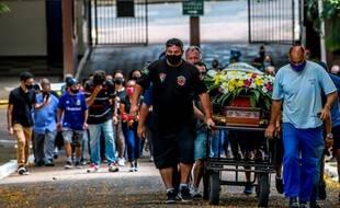 Les proches de Joao Alberto Silveira Freitas, battu à mort par des agents de sécurité d'un magasin Carrefour, assistent à ses funérailles, à Porto Alegre, au Brésil, le 21 novembre 2020.