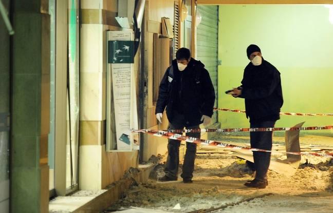 Des policiers relèvent des indices, le 14 décembre 2010 à Aulnay-sous-Bois, autour d'un distributeur automatique de billets de banque qui a été l'objet d'une attaque à l'explosif