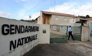 Un militaire ferme le portail de la gendarmerie de Bellegarde, dans le Gard, le 7 novembre 2011.