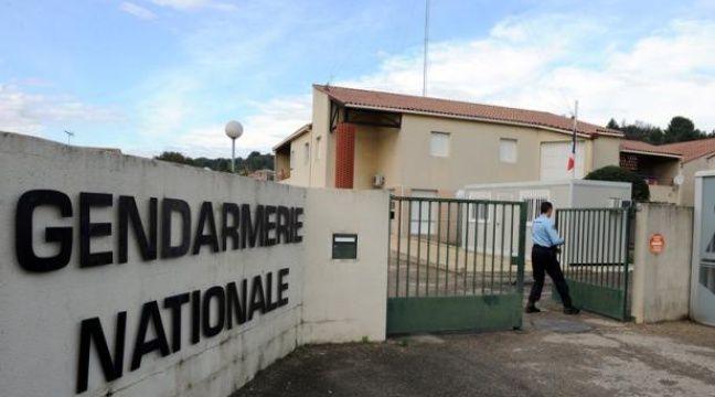 Un militaire ferme le portail de la gendarmerie de Bellegarde, dans le Gard, le 7 novembre 2011. – AFP/ P. Guyot