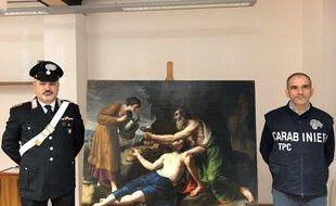 Un carabinier italien pose à côté du tableau de Poussin, dérobé en 1944 par les nazis et restitués à ses propriétaires en mars 2021.