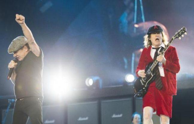 Le chanteur d'AC/DC Brian Johnson (L) et le guitariste Angus Young (R) au Stade de France à Saint-Denis le 23 mai 2015