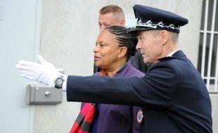 L'UMP a attaqué, après la libération de condamnés en raison d'une pénurie de places de prison, la ministre Christiane Taubira, qui a vivement répliqué, affirmant que les juges ne faisaient qu'appliquer des loi votées sous l'ancienne majorité.
