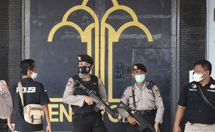 Des policiers gardent l'entrée de la prison de Tangerang, dans la région de Jakarta, juste après l'incendie qui a tué au moins 41 personnes, le 8 septembre 2021.