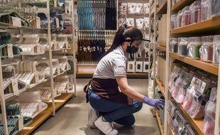 Une employée d'un magasin de Medellín, en Colombie.