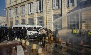 Les forces de l'ordre ont utilisé un canon à eau pour disperser les manifestants alors que la tension commençait à monter devant la préfecture.