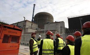 En plein débat sur l'énergie, les opposants au nucléaire ont remis en cause mardi la justification économique du réacteur EPR en construction à Flamanville (Manche), dont la facture atteindra finalement 8,5 milliards d'euros selon EDF, soit 5 milliards de plus que prévu.